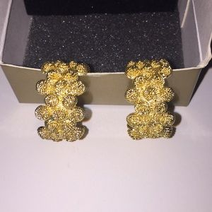 Avon Goldtone Hazelnut earrings.